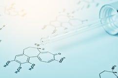Laborglaspipette auf Papier der chemischen Formel Lizenzfreies Stockfoto