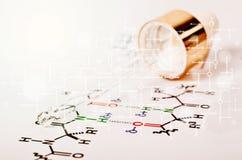 Laborglaspipette auf Papier der chemischen Formel Lizenzfreie Stockfotos