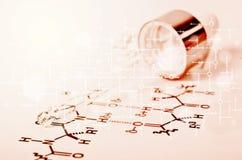 Laborglaspipette auf Papier der chemischen Formel Stockbild