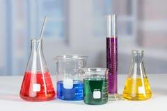 Laborglaswaren auf Labortabelle lizenzfreie stockbilder