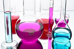 Laborglaswaren mit bunten Chemikalien Stockfotos