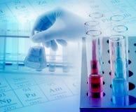 Laborglaswaren mit Chemikalien lizenzfreies stockbild