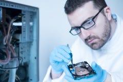 Laboringenieur, der an defekter Festplatte arbeitet Stockfotografie