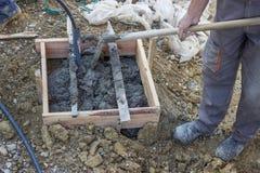 Laborioso spalando, muratori che muovono calcestruzzo/ceme fotografia stock libera da diritti