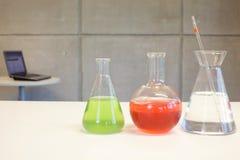 Labortaory - glasföremål & dator Fotografering för Bildbyråer