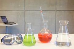 Labortaory - glasföremål, skyddsglasögon & dator Royaltyfria Bilder