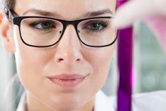 Labortechniker, der Reagenzglas hält Lizenzfreies Stockfoto