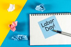 Labour dag - Maj 1st dag 1 av månaden, kalender på bakgrund för arbetsställe Fjädra den tid… ron lämnar, naturlig bakgrund Royaltyfri Fotografi