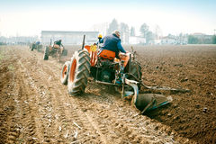 Labourage annuel de jour avec des tracteurs de vintage Images libres de droits