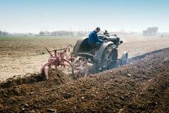 Labourage annuel de jour avec des tracteurs de vintage Image stock