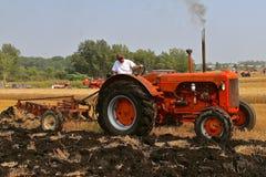 Labourage avec un tracteur du diesel 500 de vieux cas Image libre de droits