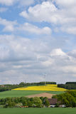 Labourage, blé et colza de la terre agricole contre le ciel bleu Photo stock