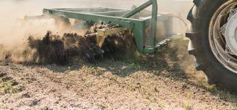 Labourage de tracteur photographie stock