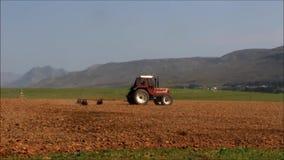Labourage rouge de tracteur clips vidéos