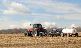 Labourant et zone de ferme de fertilisation Image stock