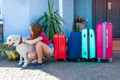 Labrador dziewczyny psiego dzieciaka błękita menchii pomarańcze domu słońca lata bagażu rodzinnego samochodu wakacji rośliny baga Obraz Stock