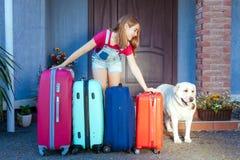 Labrador dziewczyny psiego dzieciaka błękita menchii pomarańcze domu słońca lata bagażu rodzinnego samochodu wakacji rośliny baga Fotografia Stock