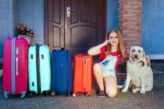 Labrador dziewczyny psiego dzieciaka błękita menchii pomarańcze domu słońca lata bagażu rodzinnego samochodu wakacji rośliny baga Obrazy Stock
