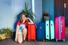 Labrador dziewczyny psiego dzieciaka błękita menchii pomarańcze domu słońca lata bagażu rodzinnego samochodu wakacji rośliny baga Zdjęcia Stock
