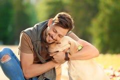 Labrador retriever giallo sveglio con il proprietario fotografia stock