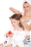 Labrar el pelo de la hija Fotos de archivo libres de regalías
