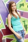 Labre a la muchacha adolescente cerca de fondo de la pintada. Imágenes de archivo libres de regalías
