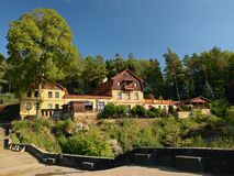Labska Stran, república checa - 8 de setembro de 2018: Hotel Belveder entre árvores na área de turista de Labske Piskovce na tard Imagem de Stock Royalty Free