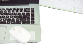 Labtop mit Kalender auf weißer Tabelle stockbild