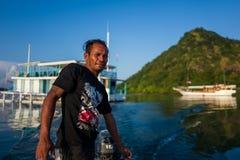 Labuan Bajo Indonezja, Kwiecień, - 01, 2018: Lokalny mężczyzna na łodzi w Labuan Bajo schronieniu Zdjęcia Stock