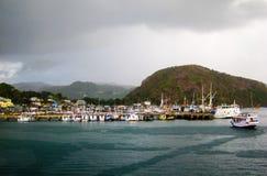 Labuan Bajo nella pioggia, porto/città turistica, Flores, Indonesia Immagine Stock Libera da Diritti