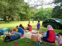 Labuan Malaysia - Januari 1, 2017: En familjutflykt eller picknick på den Pancur Hitam stranden, Labuan arkivbilder