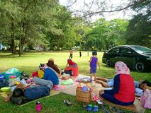 Labuan Malezja, Styczeń, - 1, 2017: Rodzinny pinkin przy Pancur Hitam plażą lub publiczny występ, Labuan Obrazy Stock