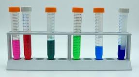 Labware de laboratoire pour des expériences de la science, fond blanc photographie stock libre de droits