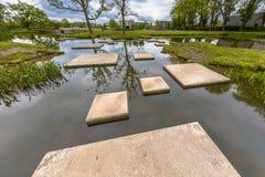 Labyrint av att kliva stenar i dammet arkivbilder