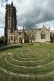 Labyrint framme av kyrkan av St John i den Glastonbury staden, Somerset, England, UK Royaltyfria Bilder