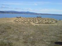 Labyrint vid havet med bänkar Royaltyfria Bilder