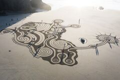 Free Labyrinth On Face Rock Beach Royalty Free Stock Photos - 183431608