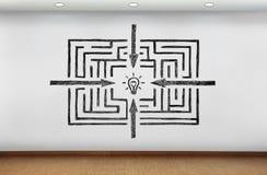 Labyrinth zur Erfolgszeichnung auf Wand lizenzfreies stockbild