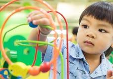Labyrinthe éducatif de jouet d'enfants Image stock