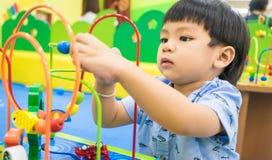 Labyrinthe éducatif de jouet d'enfants Photos stock