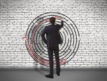 Labyrinthe de dessin d'homme d'affaires sur le mur Images libres de droits