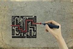 Labyrinthe de dessin de main sur un fond de papier Photos libres de droits
