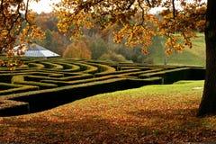 Labyrinthe de jardin en automne Photographie stock libre de droits
