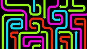 Labyrinthe des flèches colorées sur le noir, 2d illustration Images stock