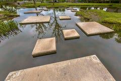Labyrinthe des pierres de progression dans l'étang Image libre de droits