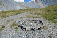 Labyrinthe en pierre antique Vall?e de montagne de Yarloo avec les monuments en pierre Montagnes d'Altai siberia Russie image libre de droits