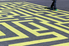 Labyrinthe jaune sur l'asphalte Photos stock