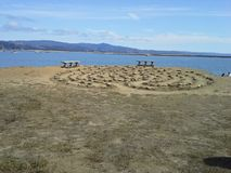 Labyrinthe par la mer avec des bancs Images libres de droits