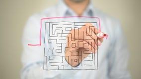 Labyrinthe, plus court chemin au succès, dessinant sur l'écran transparent image libre de droits