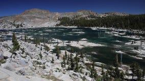 Lac à distance mountain dans la région sauvage de la Californie banque de vidéos